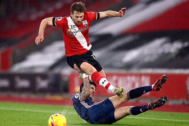 Bei einem Spiel der Premier League kämpfen Stuart Armstrong (oben) vom FC Southampton und Hector Bellerin vom FC Arsenal um den Ball. Foto: Naomi Baker/PA Wire/dpa