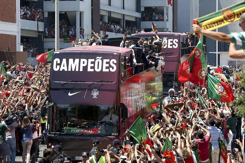 Tausende Fans feiern am 11.07.2016 in Lissabon, Portugal, die Fußballer der portugiesischen Nationalmannschaft nach dem Sieg bei der UEFA EURO 2016 am Vorabend. Foto: Governo