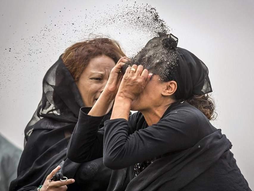 Trauer der Angehörigen: Eine äthiopische Frau wirft sich aus Verzweiflung Erde am Unglücksort ins Gesicht. Am 10. März waren bei einem Flugzeugungluck in Äthiopien alle 157 Insassen ums Leben gekommen. Foto: Mulugeta Ayene/AP