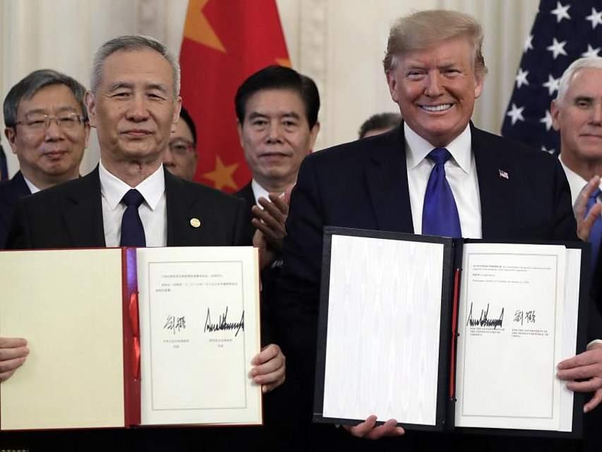 US-Präsident Donald Trump und Chinas Vizepremier Liu He (l) präsentieren das unterzeichnete Handelsabkommen, mit dem Peking und Washington erste Schritte aufeinanderzugehen. Foto: Evan Vucci/AP/dpa