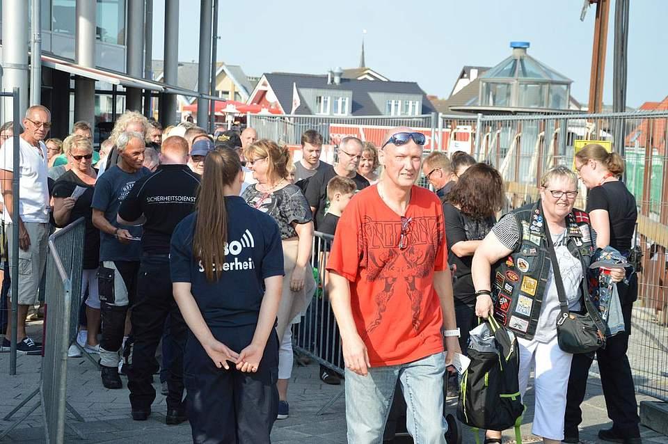Viele Fans konnten es beim Einlass kaum erwarten. Foto: Müller