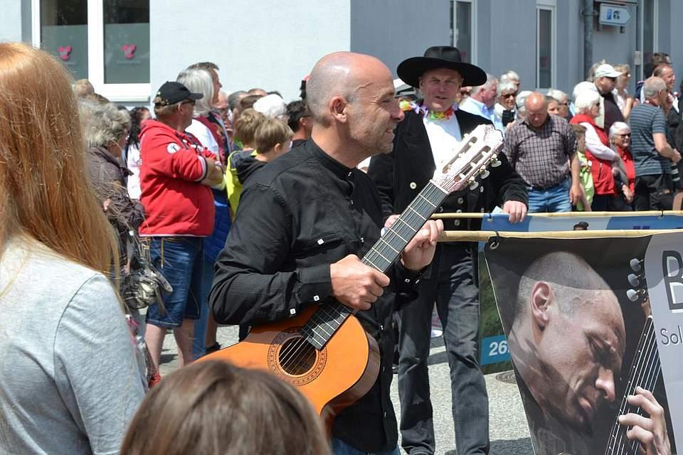 Der Albersdorfer Kulturverein auf der Straße.