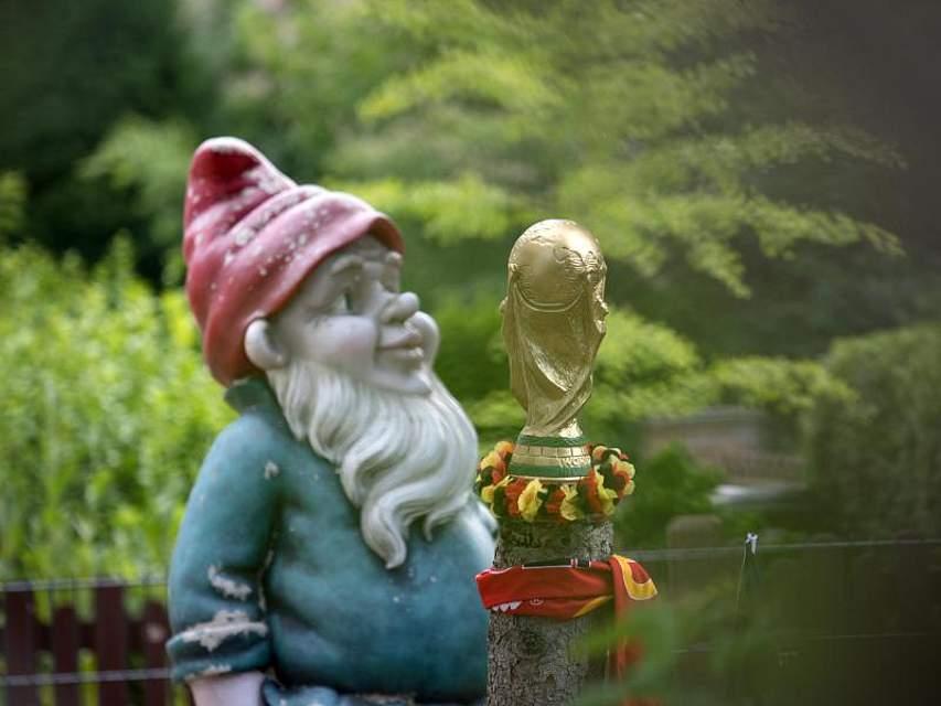 Ein nachgebildeter WM-Pokal und ein Gartenzwerg schmücken einen Vorgarten im brandenburgischen Kleinmachnow. Foto: Ralf Hirschberger