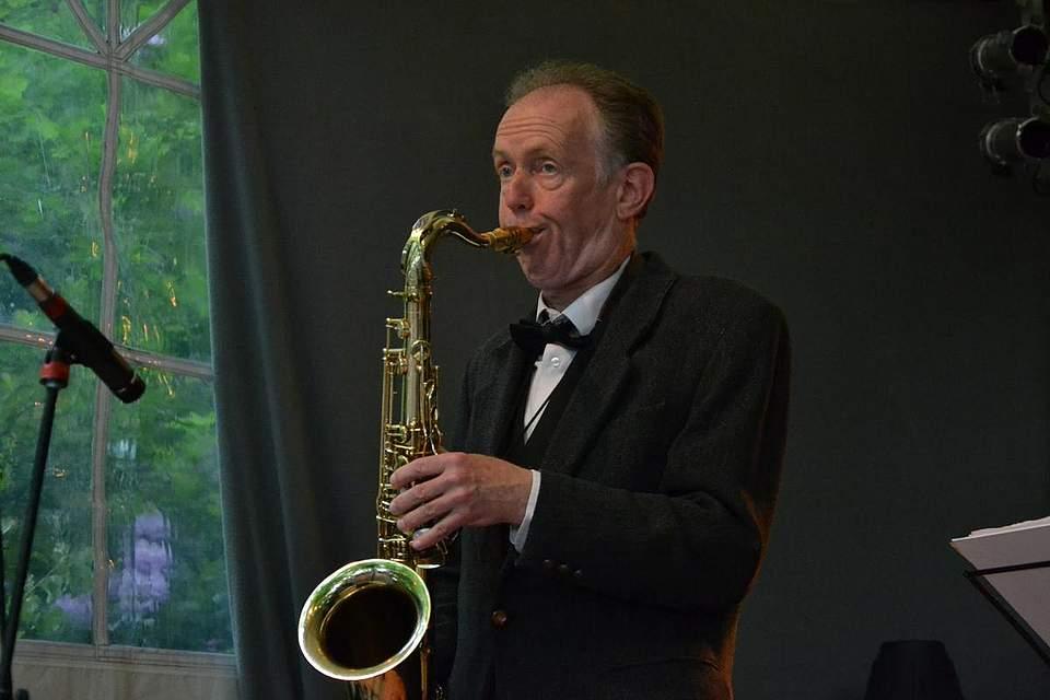 Elmar Marczinski spielt Saxophon bei den Delvtown Jazzmen.