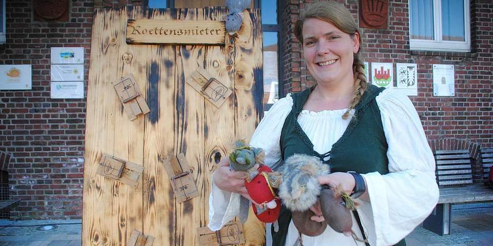 Uriges Spiel: Jasmin Paulsen zeigt die selbst genähten Ratten, die in an einer Holzwand befestigte Rattenfallen geworfen werden müssen.