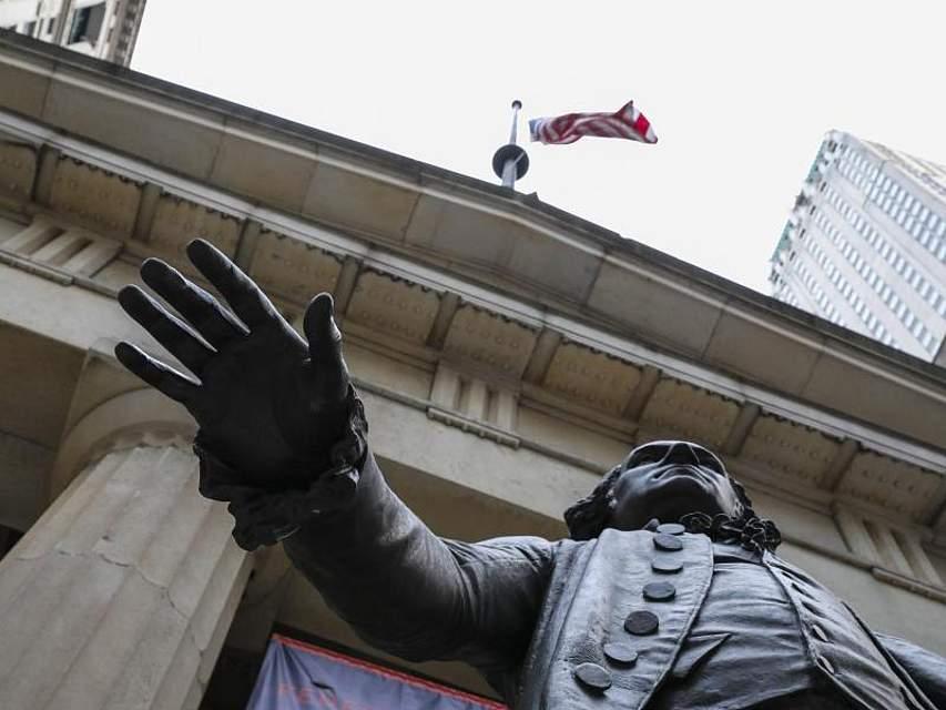 Eine Statue des ersten US-Präsidenten George Washington steht vor dem Federal Hall National Memorial in New York, das aufgrund des Regierungs-«Shutdowns» geschlossen ist. Der teilweise Stillstand der Regierungsgeschäfte ist jetzt der bislang längste in der Geschichte der Vereinigten Staaten. Foto: Wang Ying/XinHua