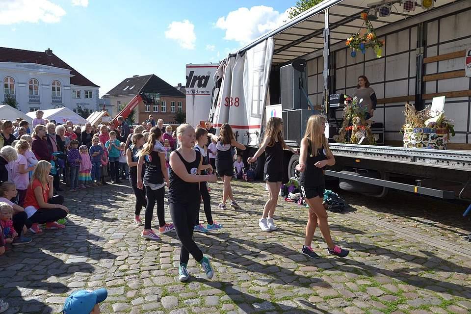 Meldorfer Kohlvergnügen: Tanzeinlagen auf dem Marktplatz.