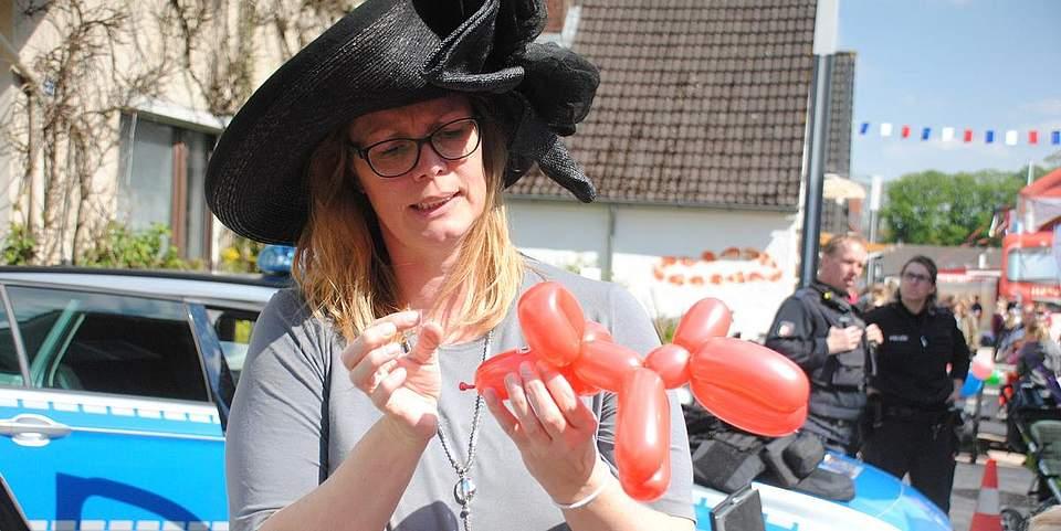Ilke Andresen macht aus einem Luftballon einen See-Hund oder ein See-Pferd.