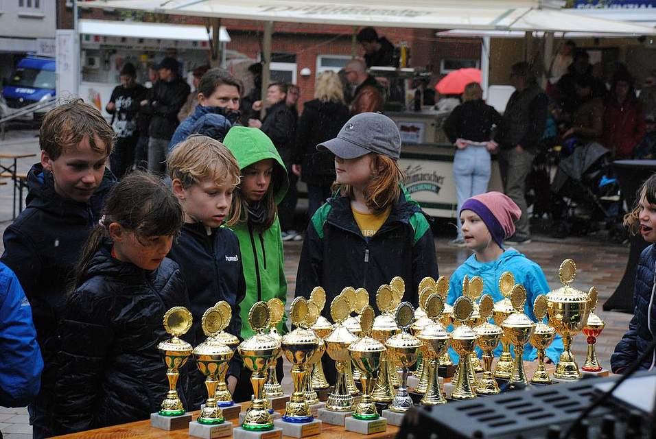 So einen hätten sie auch gerne: Einige Kinder sehen sich vor der Siegerehrung schon mal die Pokale an.