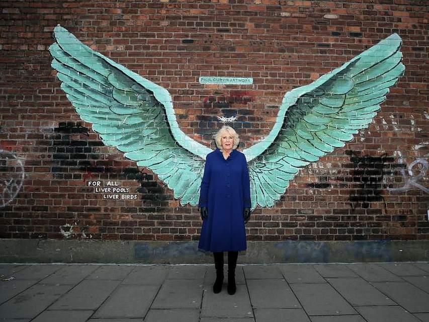 Camilla, Herzogin von Cornwall, posiert bei einemBesuch in Liverpool vor einem Werk des Künstler Paul Curtis. Foto: Peter Byrne/PA