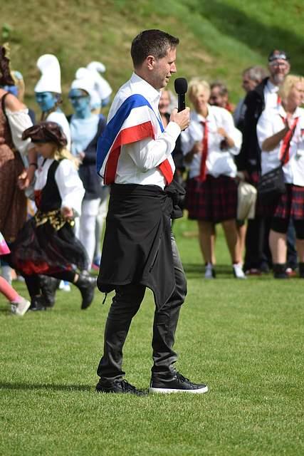 Aber vor der Verkündung moderiert der Vorsitzende des Volksfestkomitees, Matthias Schlüter, noch das Platzkonzert des Musikzuges und der Dudelsackspieler an. Foto: Büsing