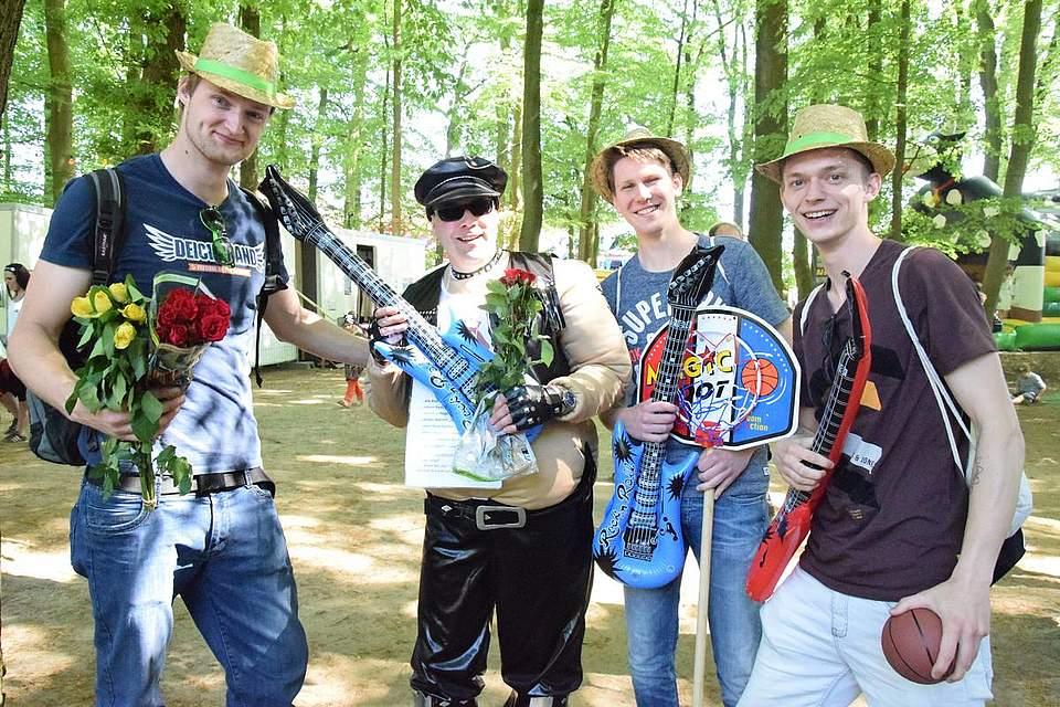 Kurz vor der Hochzeit suchen Junggesellen das Volksfest auf. Foto: Büsing