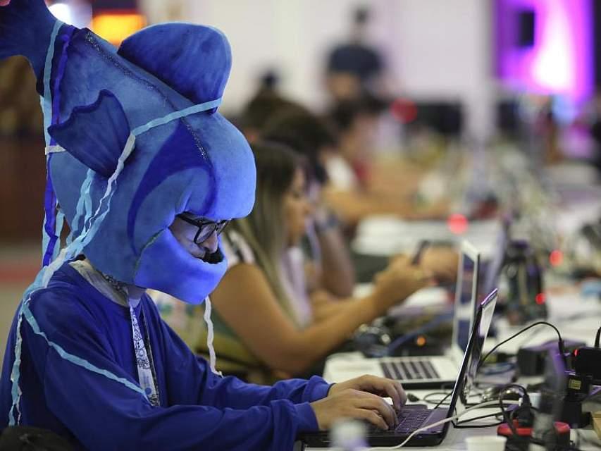 Hauptsache ist doch, dass er seinen Computer sinnvoll zu verwenden weiß. Bei der jährlichen «Campus Party» für IT-Entwickler, Gamer und Computerfreunde inSao Paulo ist das Outfit Nebensache. Foto: Andre Penner/AP