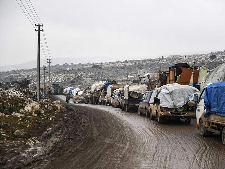 Die Offensive syrischer Regierungstruppen auf die letzte große Rebellenhochburg um die Stadt Idlib treibt immer mehr Menschen in die Flucht. Foto: Uncredited/AP/dpa