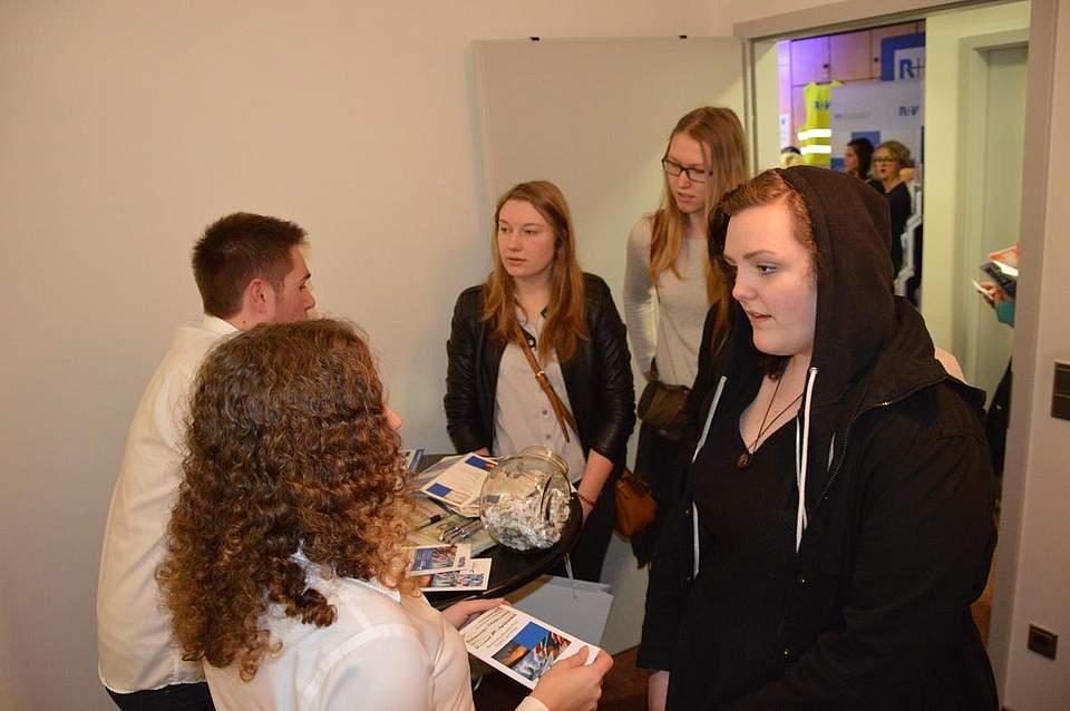 Am Stand von Boyens Medien informierten sich die Jugendlichen über die Berufe Redakteur und Medienkaufmann.
