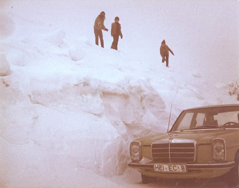 Das Foto stammt von Thea Claußen aus Wöhrden. Aufgenommen wurde es in Büttlerdeich in Wöhrden. Thea Claußen erinnert sich , dass die Häuser bis zu den Schornsteinen zugeschneit waren. Die Menschen sind mit ihren Schlitten gut drei Kilometer zum Einkaufen nach Wöhrden gelaufen. Später, als der Schnee geschmolzen war, sah man, an welchen Baumkronen die Rehe geknabbert haben.