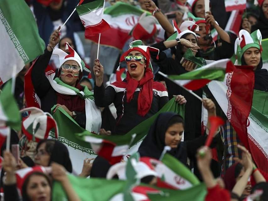 Erstmals nach fast 40 Jahren erhalten Frauen im Iran ungehinderten Zutritt in ein Fußballstadion. Zum WM-Qualifikationsspiel Iran gegen Kambodscha kamen zwischen 3500 und 4000 Iranerinnen. Foto: Vahid Salemi/AP/dpa