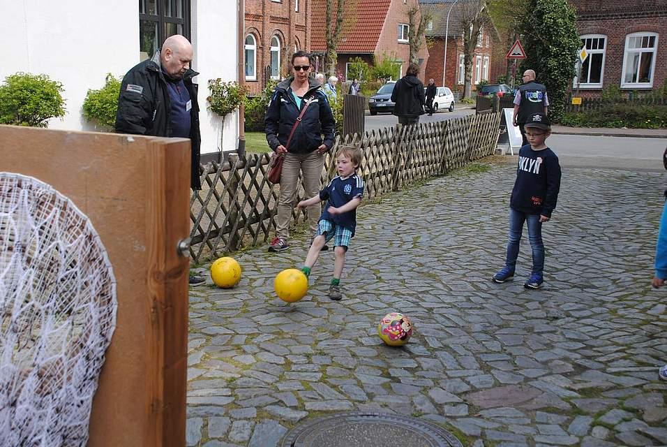 Ein kräftiger Schuss war gefragt bei Hoelp, wo sich Kinder beim Torwandschießen probieren konnten.