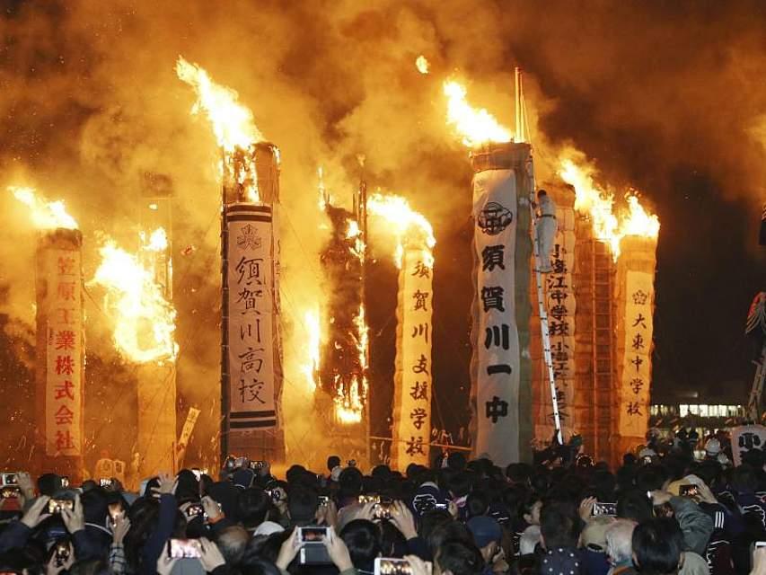 In Japan wird das Feuerfestival Taimatsu Akashi begangen. Dabei werden 22 massive 10 Meter hohe Holzfakeln verbrannt. Die Geschichte des Feuerfests reicht ins 17. Jahrhundert zurück, als Samurai-Krieger um die Vereinigung Japans kämpften. Foto: -/kyodo/dpa