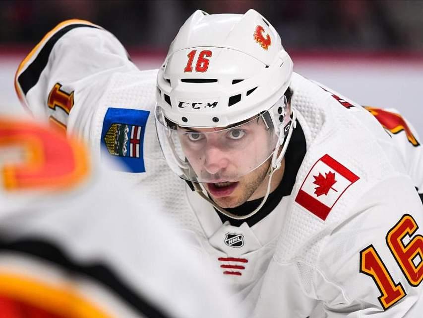 Der deutsche Eishockey-Profi Tobias Rieder hat im Spiel seiner Calgary Flames gegen die Montreal Canadiens den Puck fest im Blick. Foto: David Kirouac/CSM via ZUMA Wire/dpa