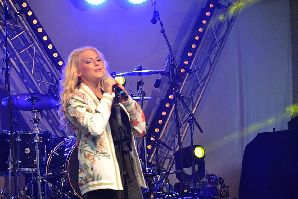 Singt Abba-Hits auf Deutsch: Julia Lindholm.