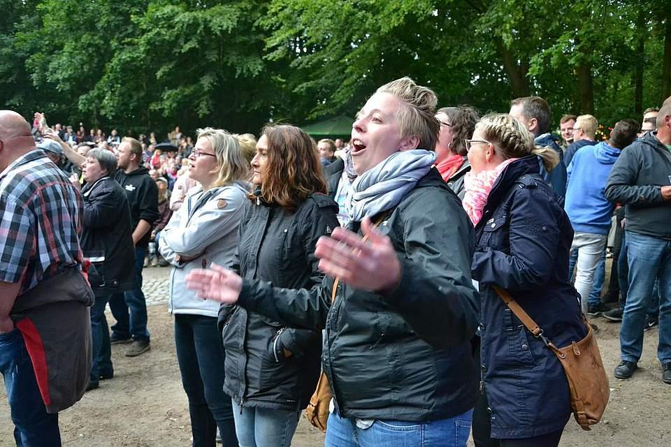 Gute Stimmung im Kurpark beim Auftritt von Axel Fischer.