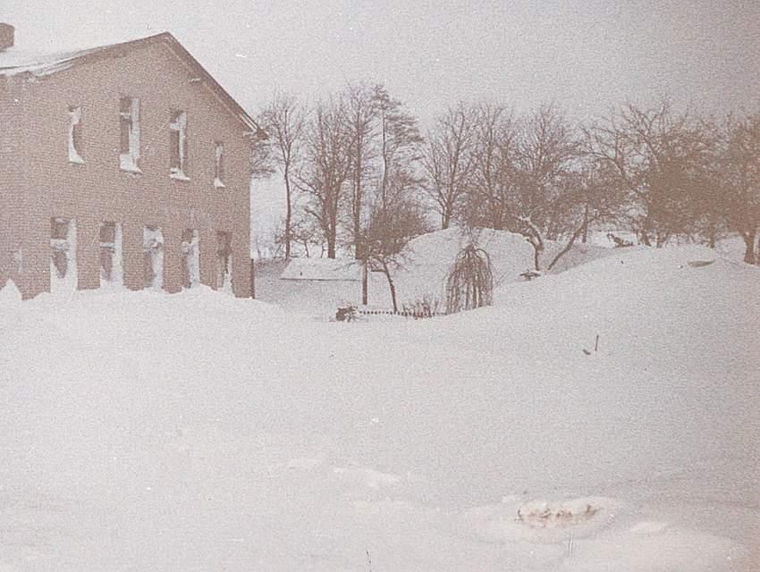 Schnee, wohin man schaut, schreibt Iris Jürgens aus St. Michaelisdonn. Besonders in Erinnerung geblieben ist ihr: Die Kinder waren ganz lütt, fünf Mädchen. Sie stiegen auf den Schneeberg, darüber war direkt die Stromleitung.