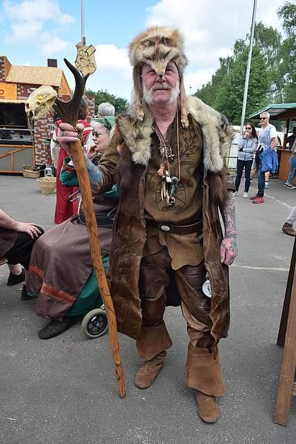 Dem Schamanen wurde es nach einem Tag zu heiß. Am Sonntag trug er Schottenrock und offenes Haar. Foto: Büsing