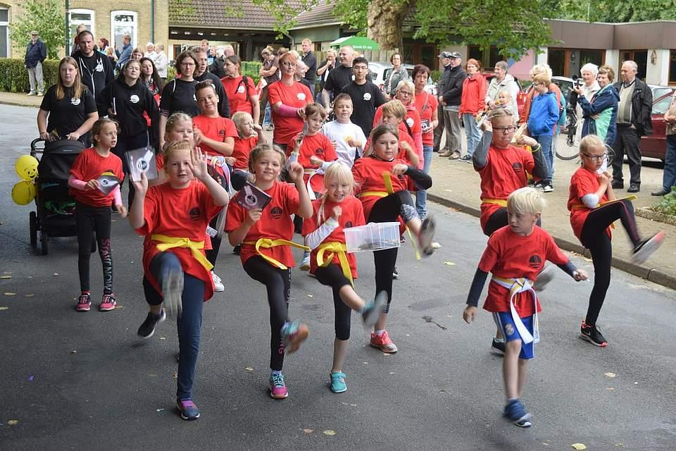 """""""Halt, Stop, Lassen Sie mich in Ruhe!"""" Bestimmt treten die Kinder von BB Sports aus Albersdorf auf - und werden als beste Gruppe der Gewerbetreibenden belohnt. Foto: Büsing"""