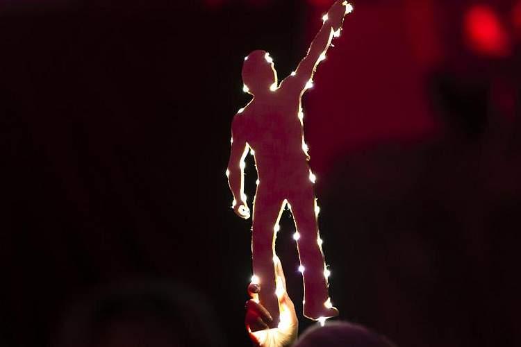 Mit mit einem umjubelten Konzert in Kiel hat Peter Maffay die Tournee zu seinem 50-jährigen Bühnenjubiläum erfolgreich gestartet. In der ausverkauften Sparkassen-Arena spielten der Rockmusiker und seine Band vor 8000 begeisterten Fans. Foto: Frank Molter/dpa