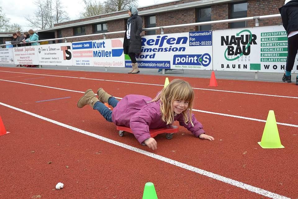 Schwimmübungen auf dem Trockenen: Isabell Hedde (5) meistert den Parcours im TuRa-Stadion.