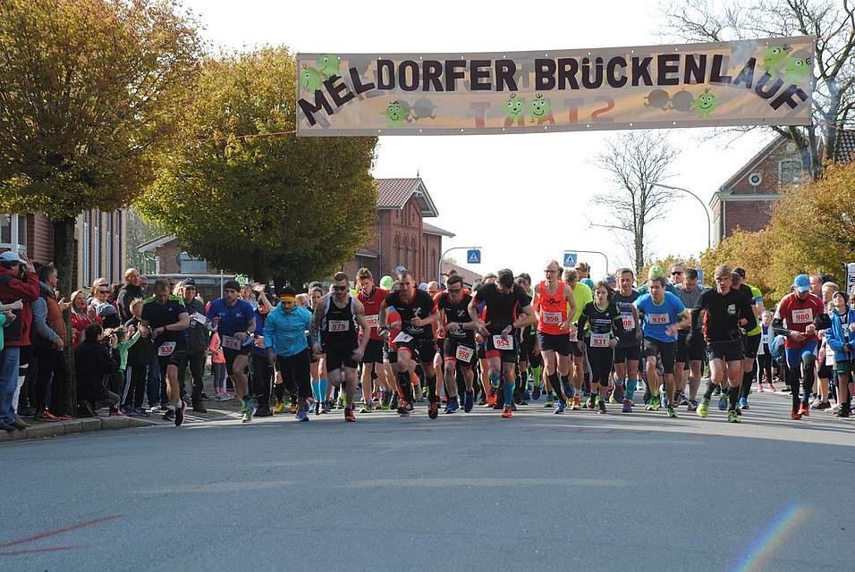 Die Teilnehmer zum Halbmarathon starten, um die 21 Kilometer lange Strecke zu bewältigen.