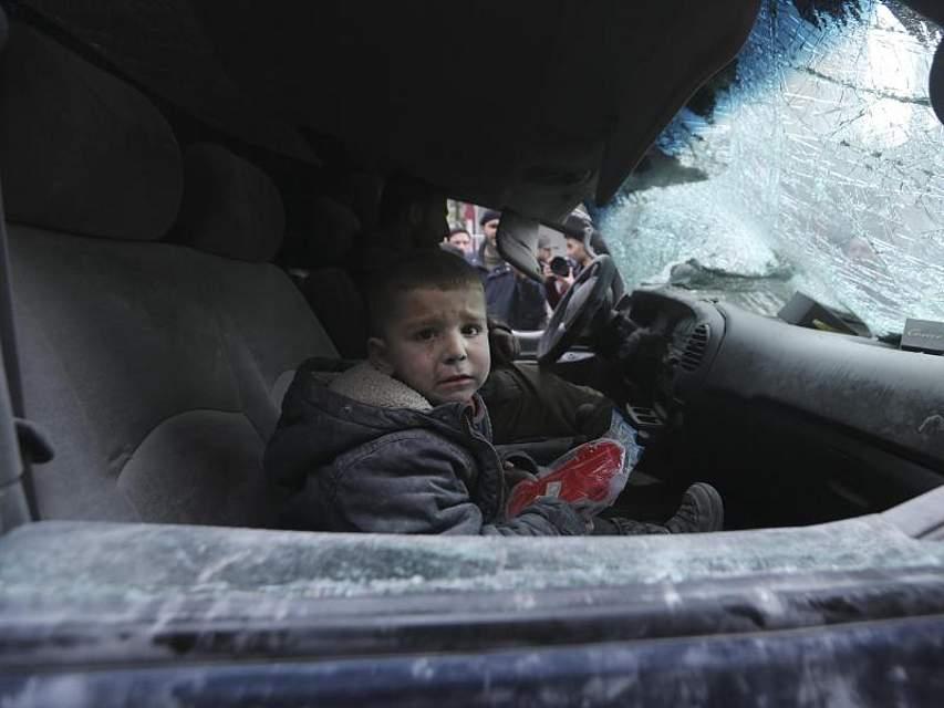 Ein Junge sitzt nach einem Luftangriff der Regierung auf Ariha im Gouvernement Idlib weinend in einem Auto. Trotz einer Waffenruhe sind in Syriens letztem großen Rebellengebiet mindestens 15 Zivilisten getötet worden. Foto: Ghaith Alsayed/AP/dpa