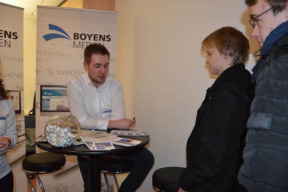 Tobias Boianu erklärt, was zu seinen Aufgaben als Medienkaufmann bei Boyens Medien gehört.
