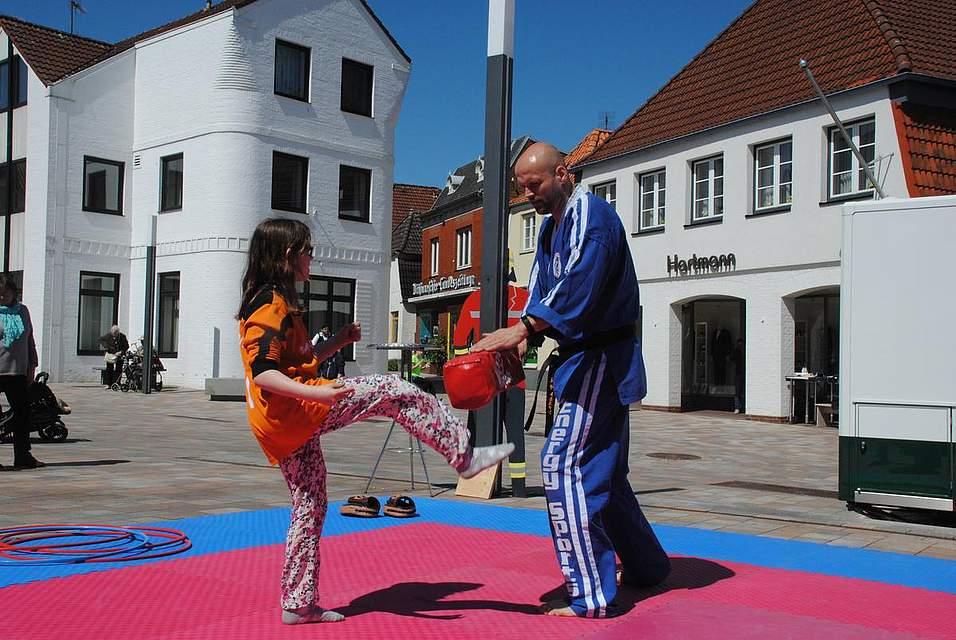 Auf dem Rathausplatz durfte jeder mal Energie ablassen und sich bei Übungen im Kampfsport versuchen.