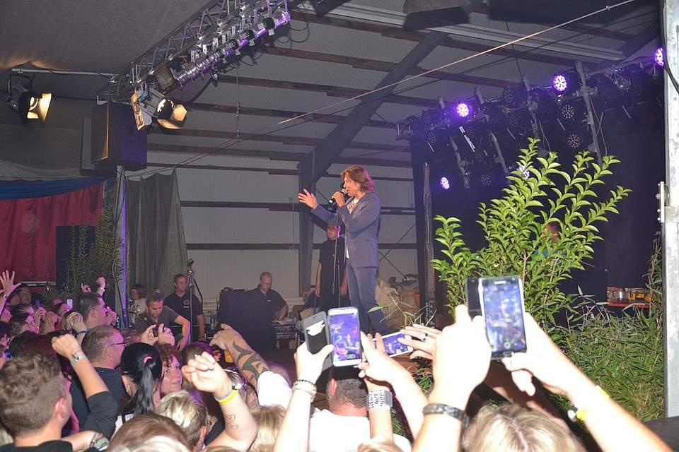 Die Fans sind aus dem Häuschen: Jürgen Drews auf der Bühne.