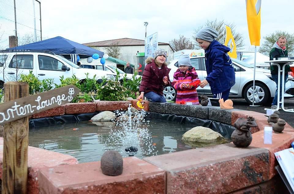 Der Teich in der kleinen Anlage von Geerkens-Gartenbau ist vor allem für Kinder ein Anziehungspunkt.