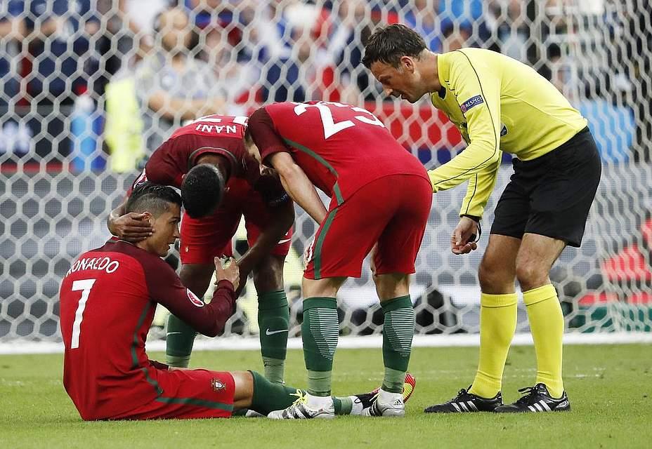 Früher Schock im Finale: Cristiano Ronaldo muss verletzt ausgewechselt werden. Foto: Taherkenareh