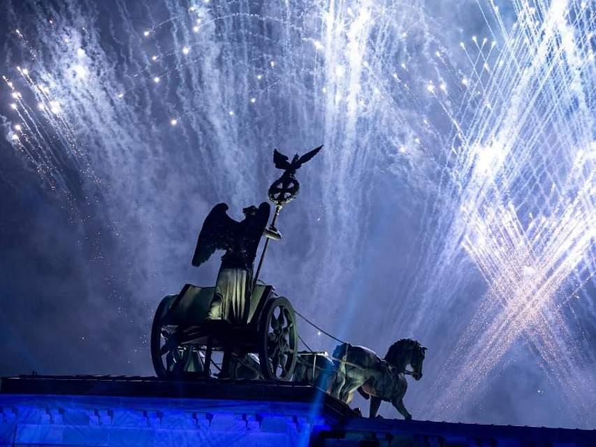 Seit drei Jahrzehnten wächst zusammen, was zusammen gehört. Deutschland feiert den Mauerfall vor 30 Jahren wie hier in Berlin mit einem Feuerwerk. Foto: Bernd von Jutrczenka/dpa
