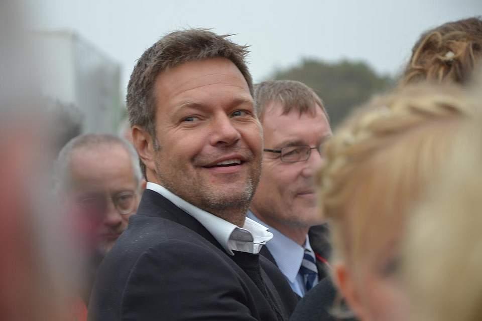 Landwirtschaftsminister Robert Habeck bei der Fahrt zum Kohlanschnitt.
