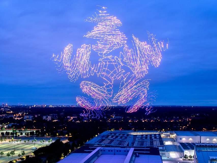 Flugdrohnen erhellen den Nachthimmel über dem Gelände der IT-Messe Cebit in Hannover. Foto: Hauke-Christian Dittrich