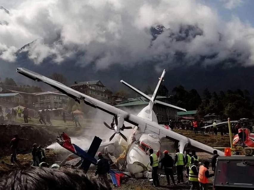 Ein beschädigtes Flugzeug steht auf dem nepalesischen Flughafen Lukla. Das Flugzeugunglück ereignete sich unweit des Mount Everest. Drei Menschen kamen dabei ums Leben. Foto: XinHua/dpa