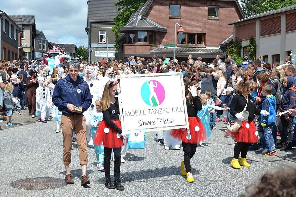 Die mobile Tanzschule Tietze bekam mit ihrer Truppe den ersten Preis unter den gewerblichen Teilnehmern.