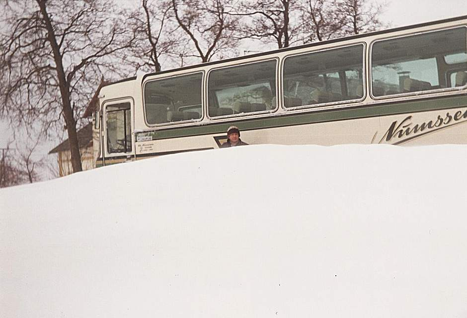Willi Dohrn aus Brunsbüttel schreibt zu seinem Foto: Der Bus war fünf Tage eingeschneit und der Fahrer bei Willi Dohrn einquartiert.