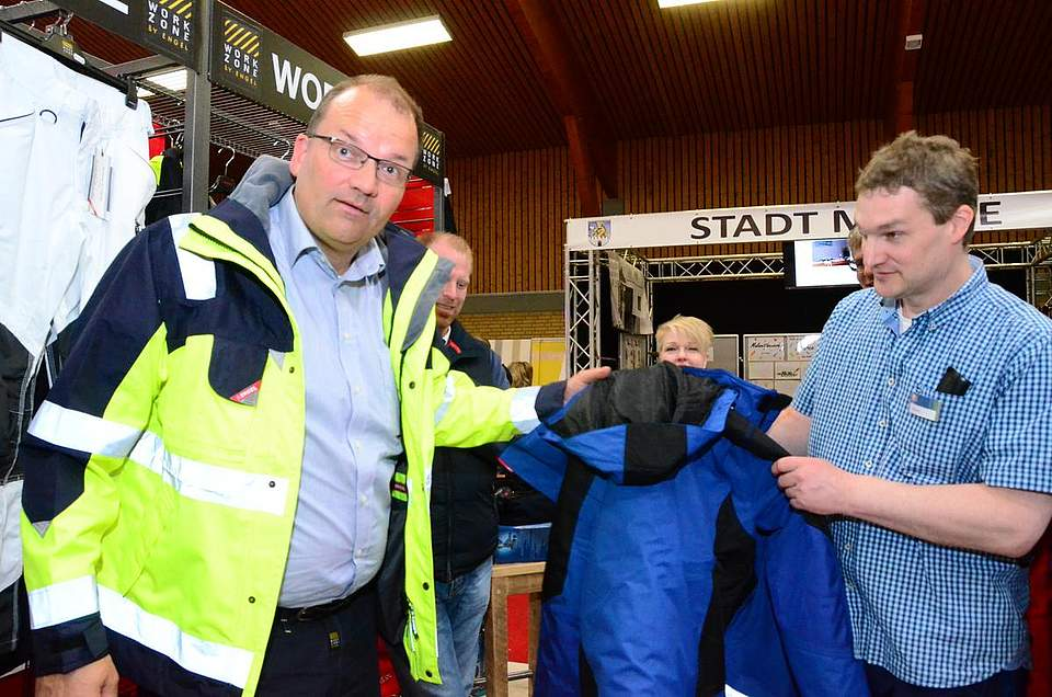 Stefan Oertel vom Werkmarkt Jacobsen (rechts) hat für alle Arbeiten die richtige Kleidung.