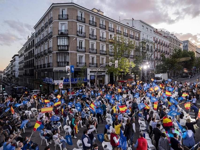 Anhänger der spanischen Volkspartei (PP) feiern die ersten Prognosen nach der Regionalwahl in Madrid. Foto: Bernat Armangue/AP/dpa
