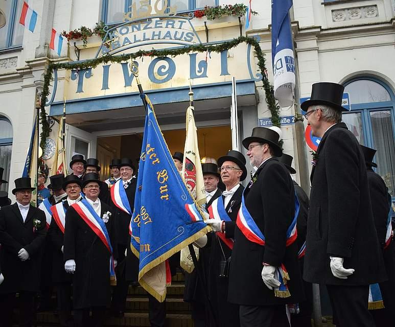 """Geschafft: Die Eggenbrüder sind nach ihren Märschen am Konzert- und Ballhaus """"Tivoli"""" angekommen. Foto: Seehausen"""