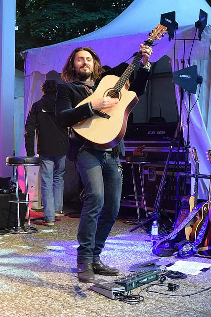 Der Gitarrist gibt alles. Foto: Büsing
