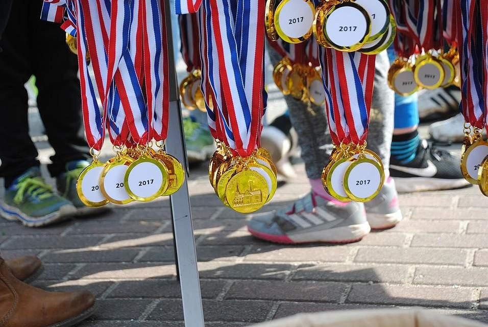 Die Medaillen warten auf die Teilnehmer.