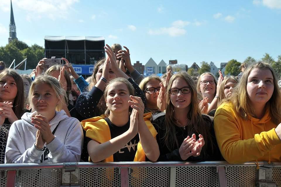 Besonders Mädchen zog es bei dem Popstars an die Bühne. Foto: Voß